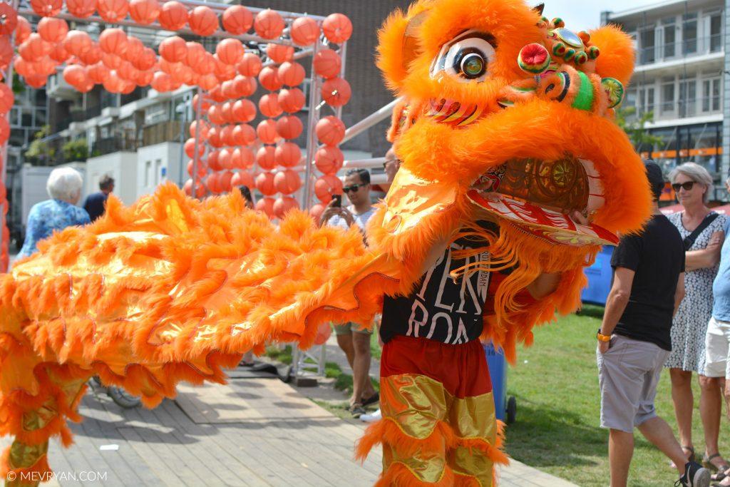 Foto Azië aan de Maas, leeuwendans